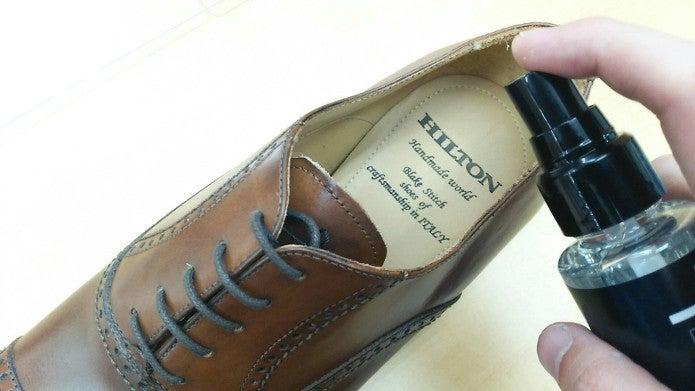 革靴に消臭スプレーを使う