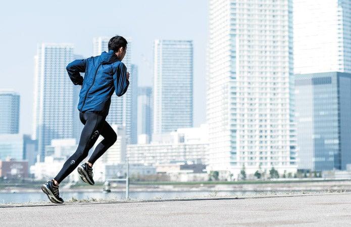 シースリーフィットのウェアを着て走る男性