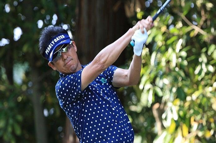 スワンズのサングラスを付けたゴルファー
