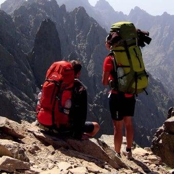 タトンカのザックを背負った登山者