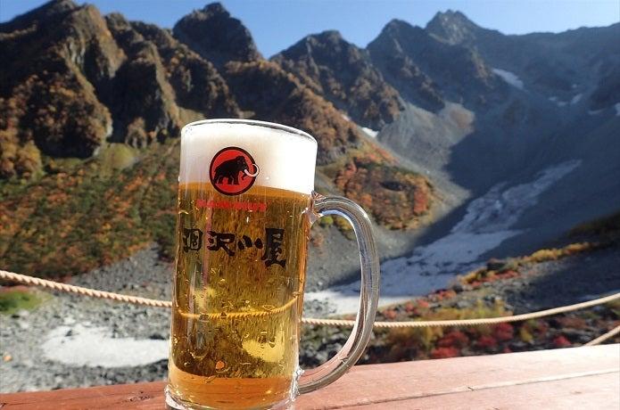 涸沢小屋のテラスでビール