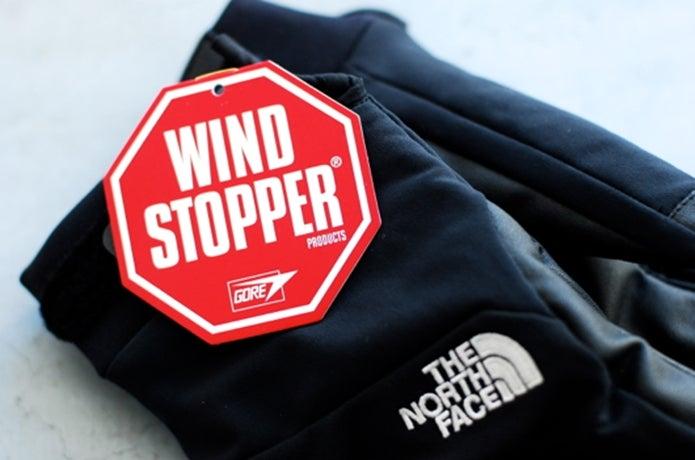 ウインドストッパーのロゴがついたグローブ