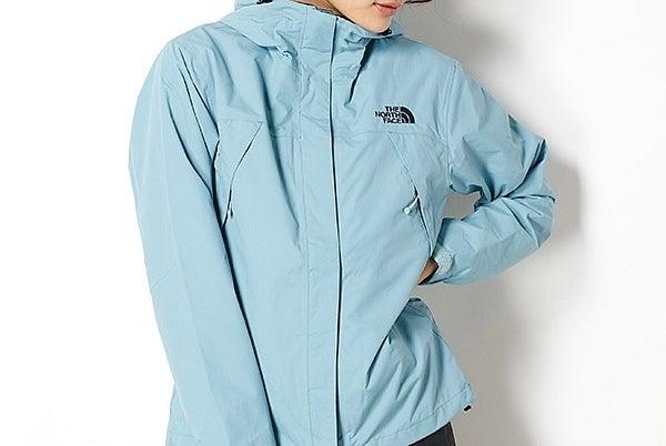 ノースフェイスのスクープジャケットを着た女性
