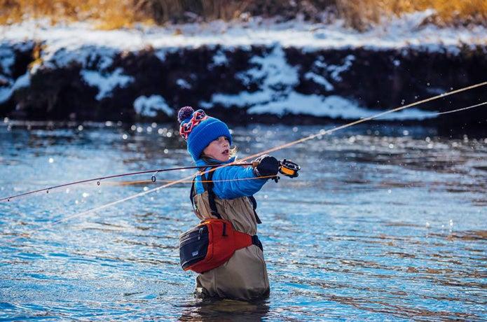 パタゴニアナノパフを着て釣りをするこども