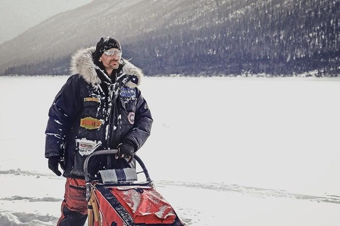 極寒の地でカナダグースの洋服を着た人