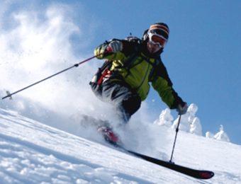 モンベルのスキーウェアを着たスキーヤー