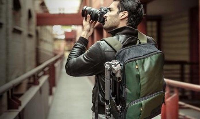 カメラで写真を撮影する男性