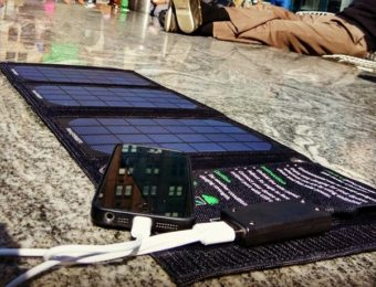 ソーラーバッテリーでスマホを充電