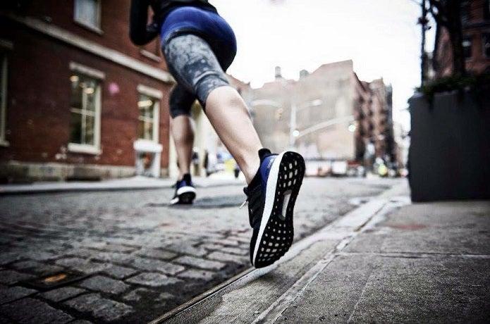 adidasのランニングシューズで走る人
