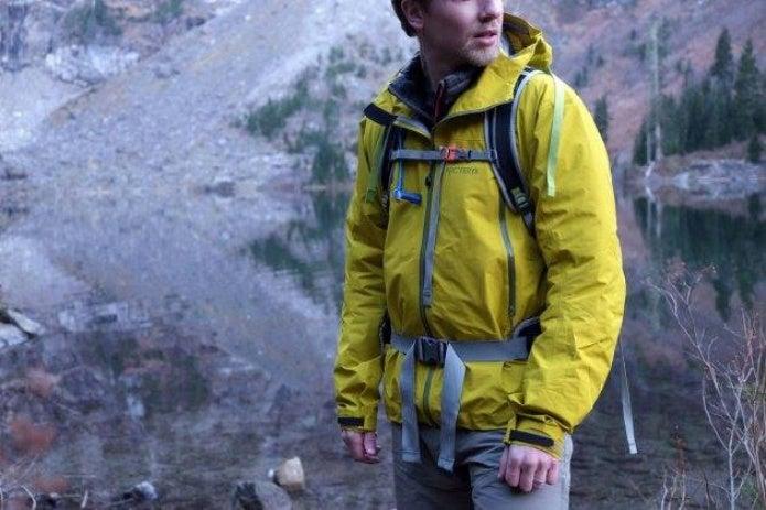 アークテリクスの黄色いウェアを着た男性