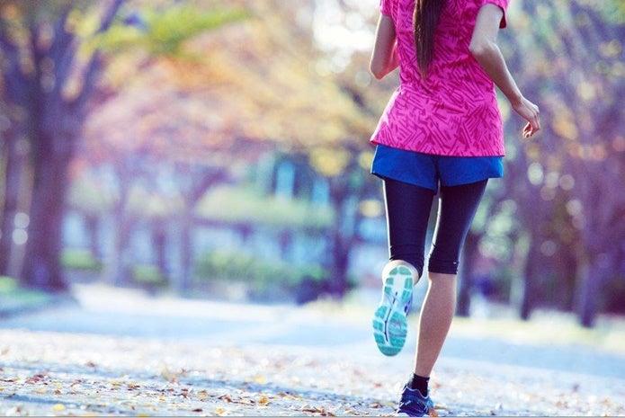 アシックスのランニングシューズを履いて走る女性