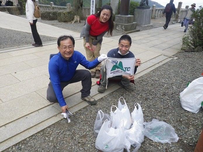 日本マウンテンツアー・コンダクター協会のゴミ拾いの様子