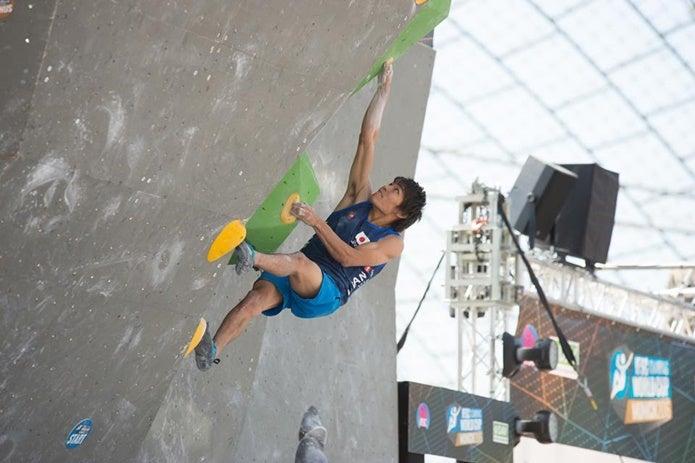 楢崎智亜選手のクライミング1