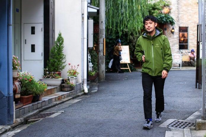 街中でアークテリクスのウェアを着た男性