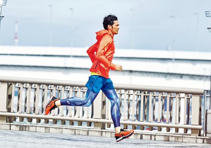 アシックスのランニングシューズを履いて走る男性