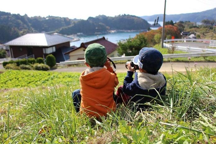カメラを持つ子供2人