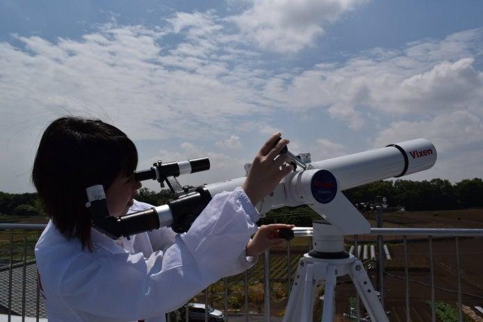 ビクセンの天体望遠鏡をのぞく人