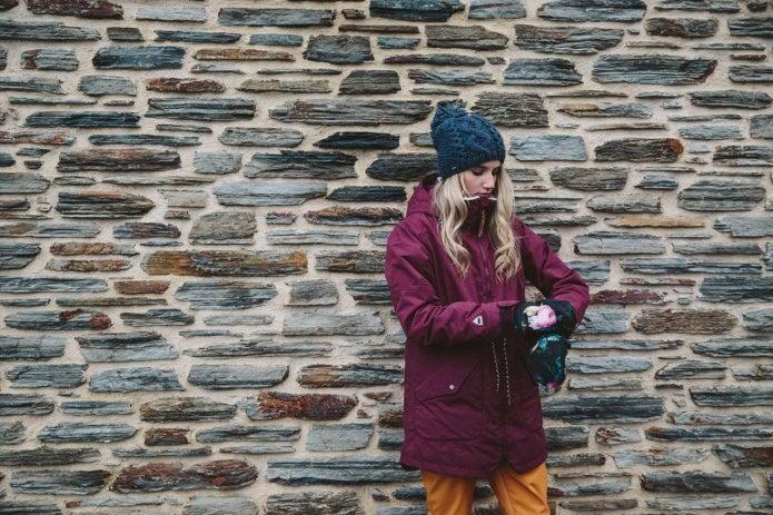 バートンのウェアを着る女性