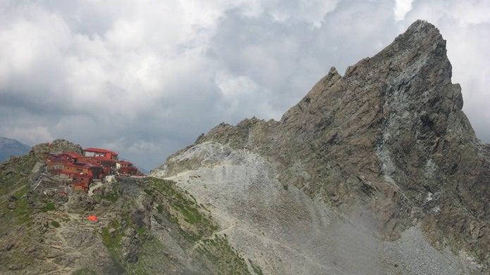 槍ヶ岳山荘と槍ヶ岳の画像