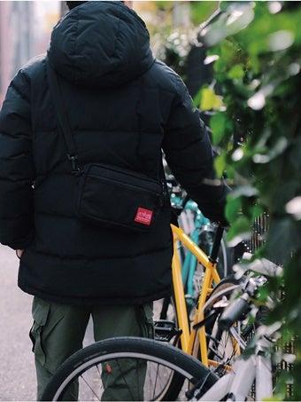 ナイロンショルダーバッグを使う男性