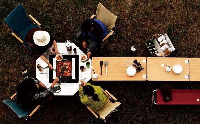 スノーピークのテーブルで食事をする人