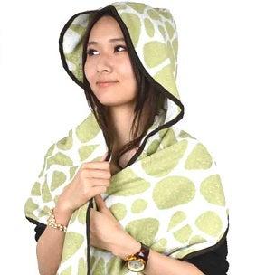 フード付きタオルをかぶる女性