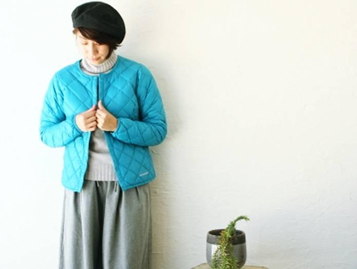 モンベルのインナーダウンを着た女性