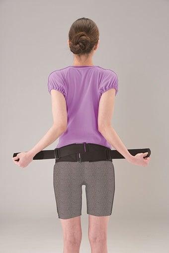 腰痛サポーターを巻く女性