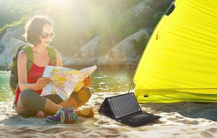 ソーラー充電器を使用している画像