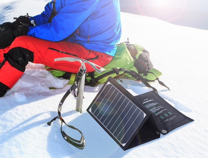 ソーラーチャージャーを山で使う人