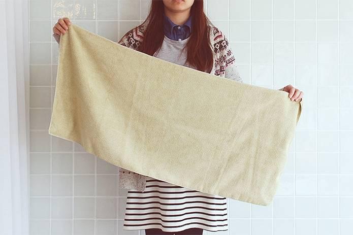 吸水タオルを持つ人