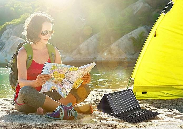 ソーラー充電器を使う女性