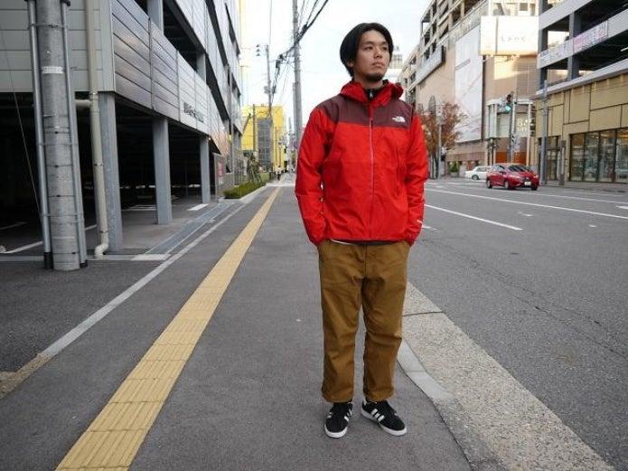ノースフェイスの赤いパーカーを着た男性