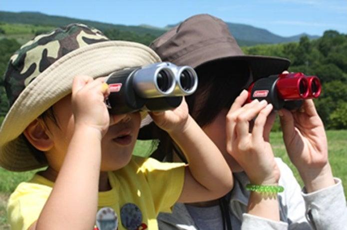 ビクセンの双眼鏡を使う子供