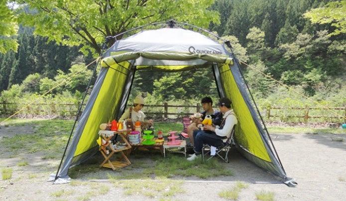 スクリーンタープでキャンプを楽しむ人たち