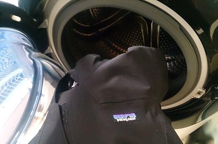 パタゴニアのレインウェアを洗濯機に入れる