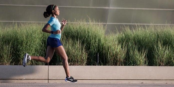 ランニングウォッチのGPSを使って走る女性