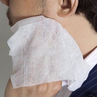 ボディシートで顔を拭く人