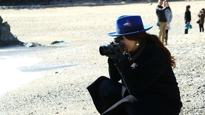 canonのカメラを構えた女性