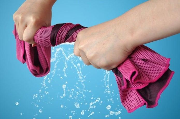 クールタオルの水を絞る