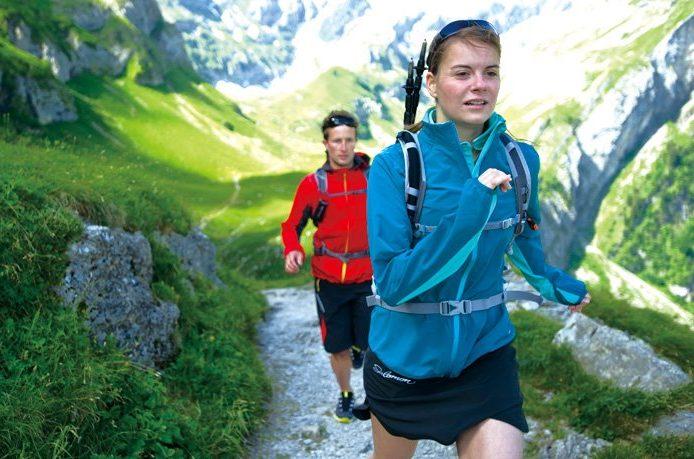 ランニング用バックパックを背負って走る人たち