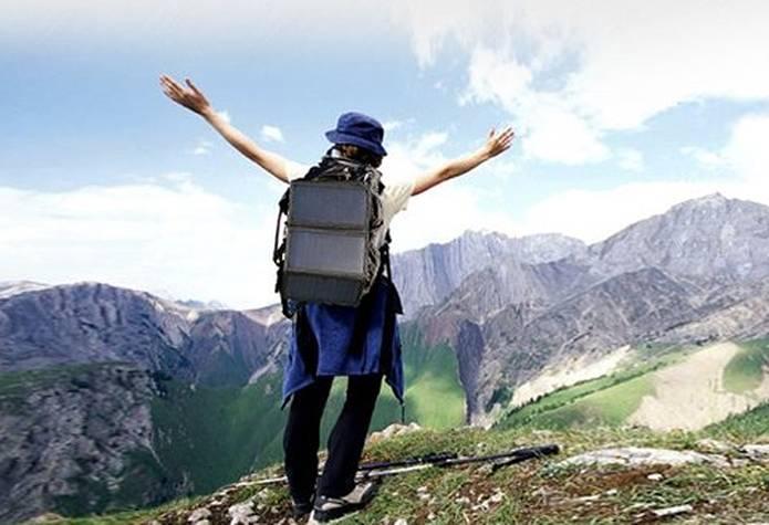 ソーラー充電器を持って山に行く人