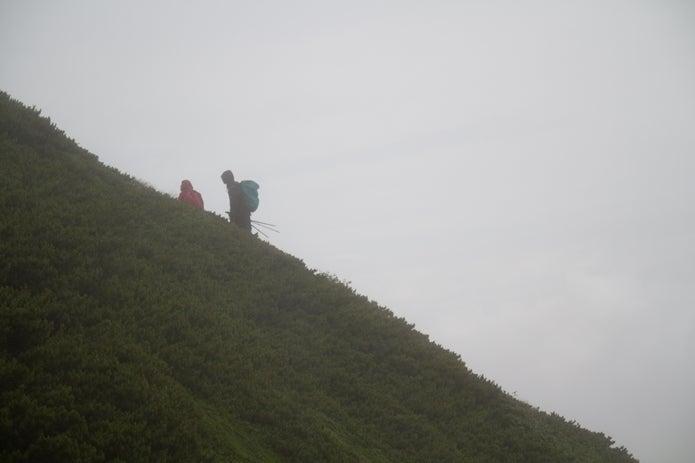 天候不良で引き返す登山者