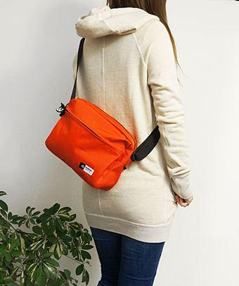 ナイロンショルダーバッグを使う女性