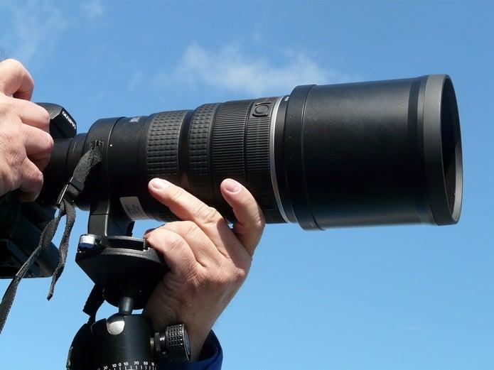 望遠レンズで撮影する人