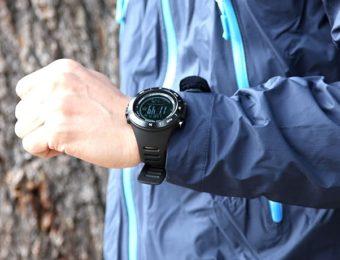 万歩計付きの腕時計を付ける人