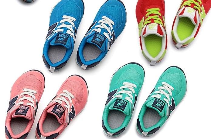 カラフルなニューバランスの子供靴