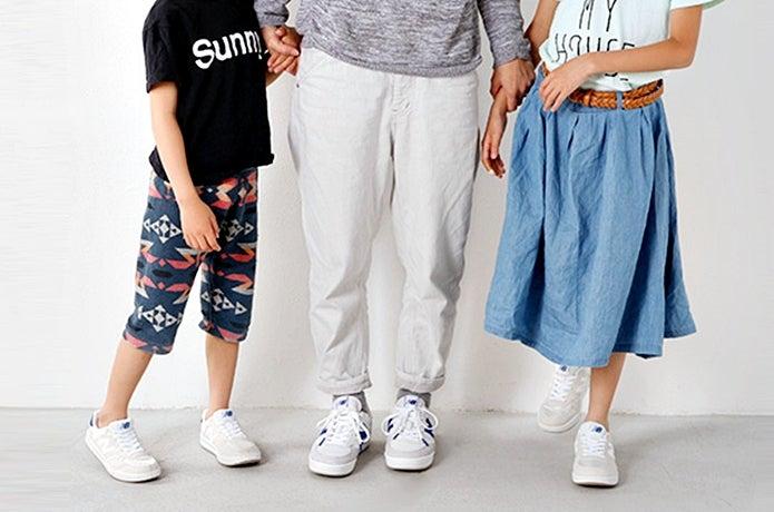 ニューバランスの子供靴を履いている子供