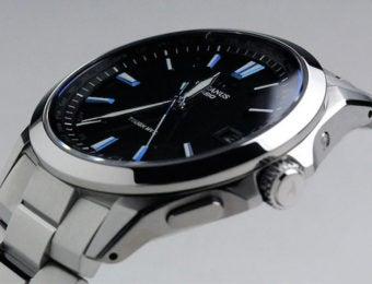 シルバーの電波ソーラー腕時計