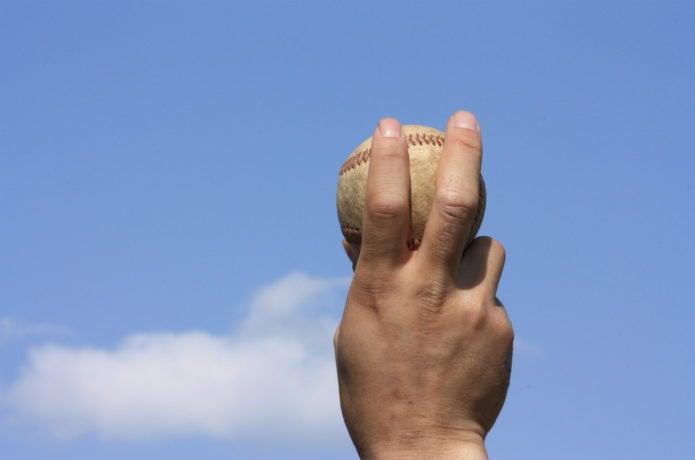 手首サポーターを使用する野球選手の手